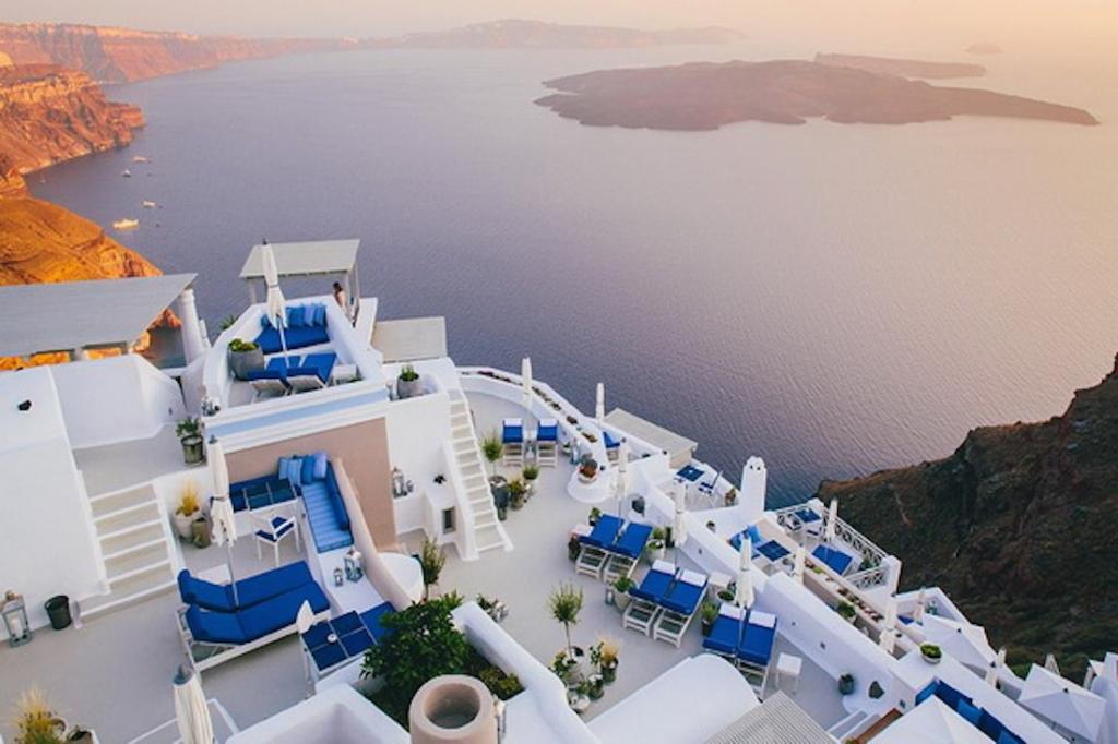luxury-hotel-destination-vacation-iconic-santorini (10)